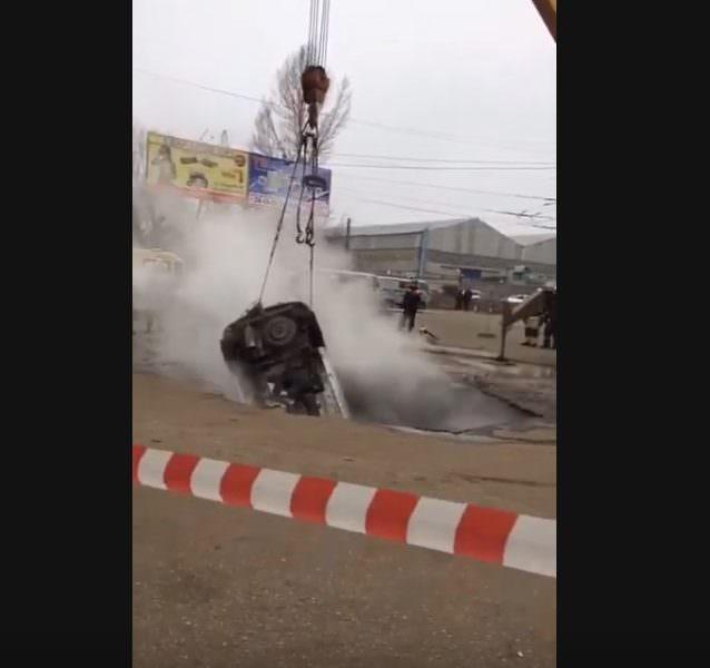Автомобиль с людьми упал в яму с кипятком в Пензе
