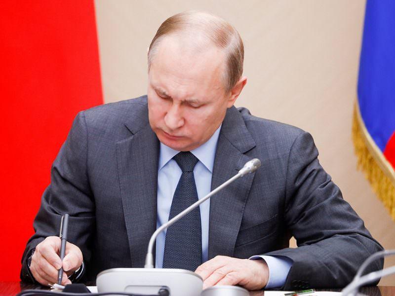 Путин уволил 11 генералов МВД, МЧС и СК