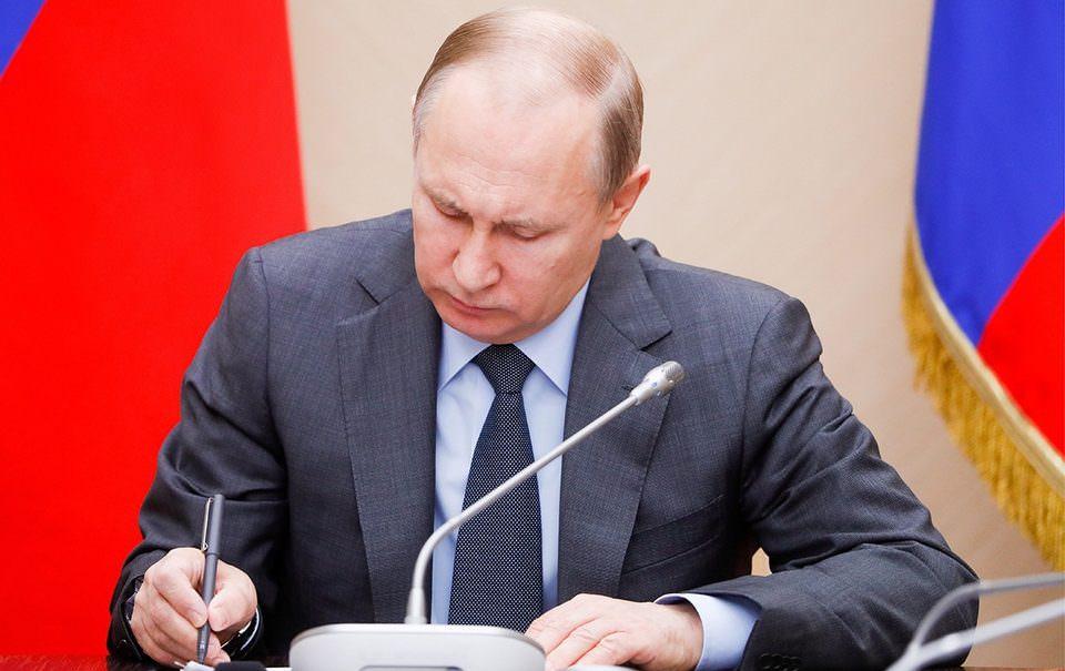 Путин подписал закон о федеральном бюджете на три года с профицитом