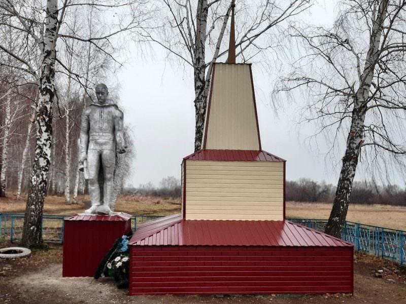 Разбитый памятник героям ВОВ отремонтировали сайдингом
