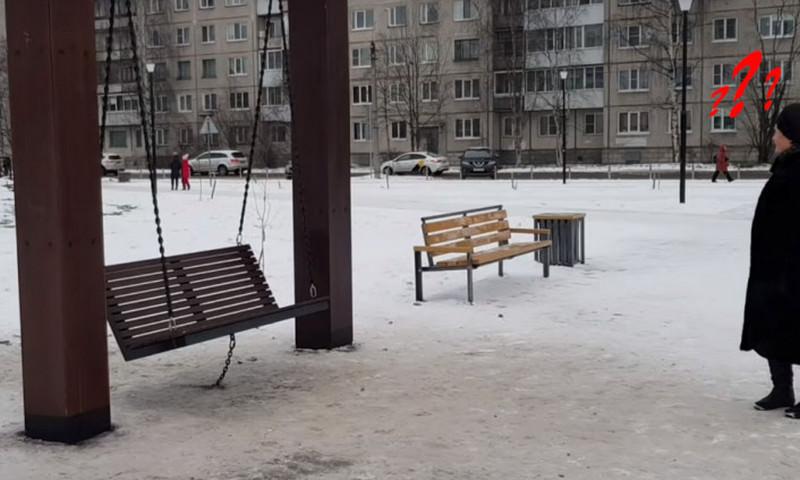 В Архангельске качели приковали к земле, чтобы не качались