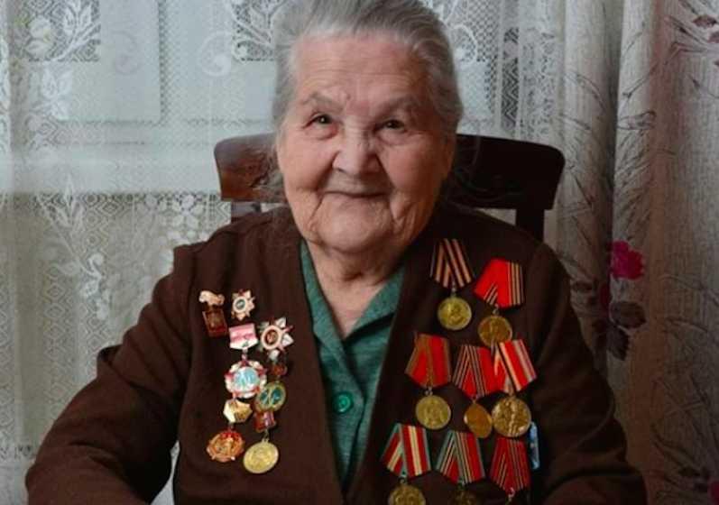 Мошенники обокрали 97-летнюю бабушку, и она стала популярным блогером