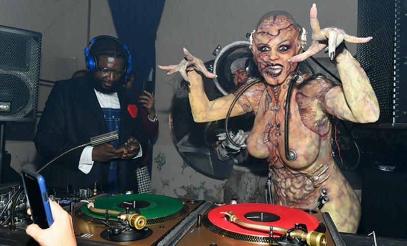 Хайди Клум превратилась в зловещую инопланетянку-андроида и затмила всех на Хэллоуине