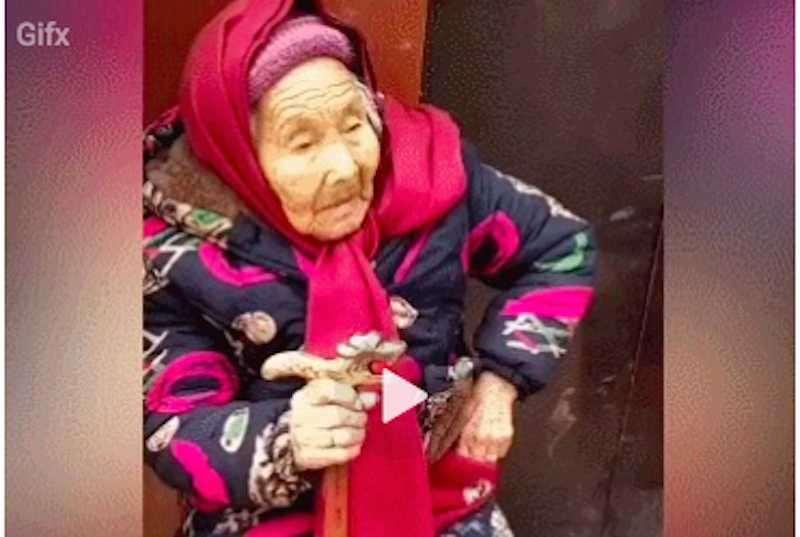 Просто 107-летняя мама даёт 84-летней дочери конфеты - Блокнот Россия