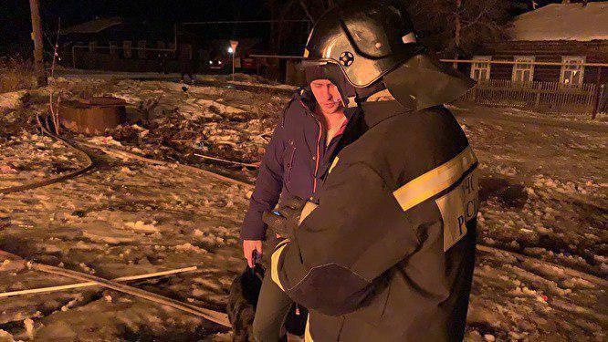 Пожарные спасли восемь человек из горящего дома в посёлке Ис Свердловской области.