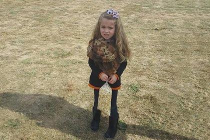 Маленькая девочка с аномально тонкими ногами запутала пользователей сети