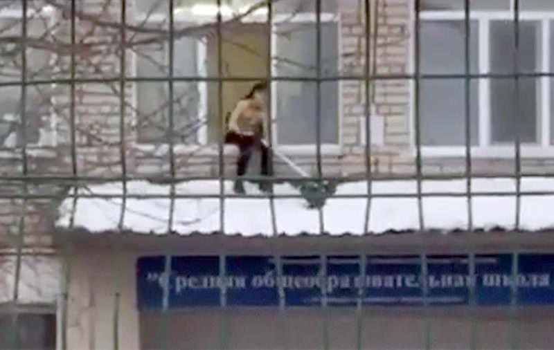 Полуголый подросток убирал снег с козырька и заинтересовал следователей
