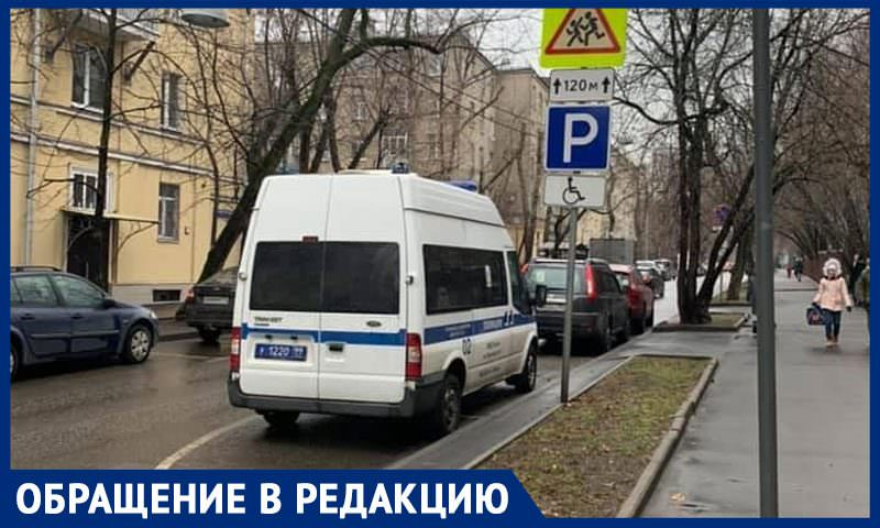 Полицейский автомобиль неделю занимает инвалидную парковку возле детского центра