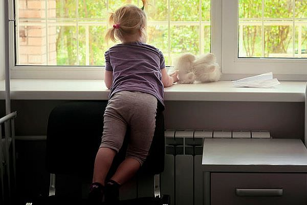 Абсолютно здоровую пятилетнюю девочку родители с самого рождения держат в частной клинике