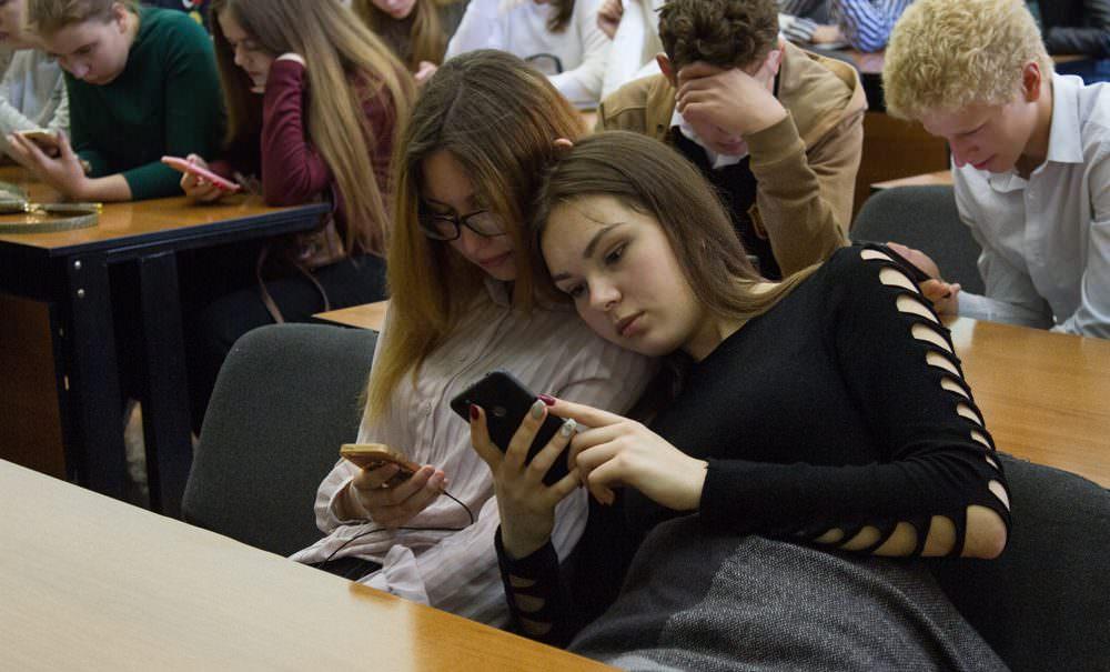 В России четверть школ запретили использовать мобильные телефоны на уроках
