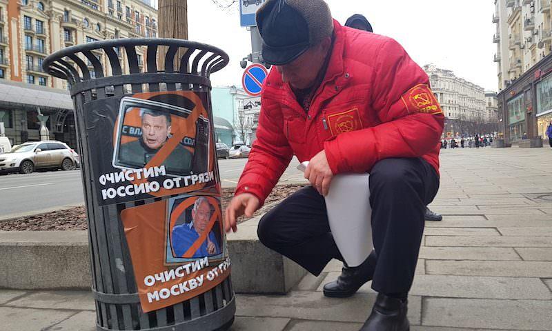 Лицами Соловьева, Киселева и Караулова оклеили урны в центре Москвы