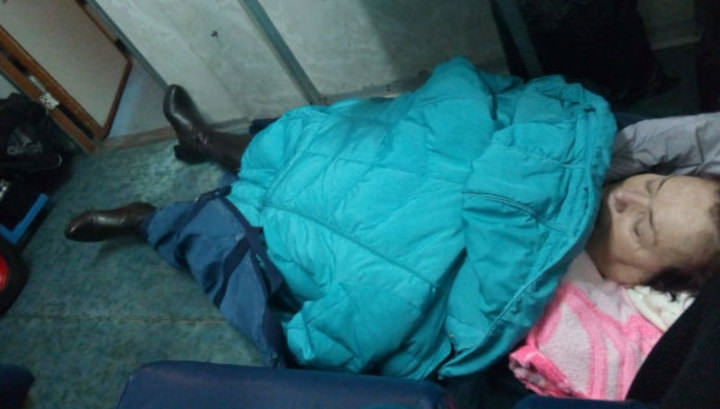 Медики повезли женщину с инсультом в больницу на полу электрички