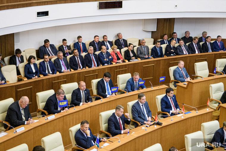 Зарплаты российских депутатов предложили уменьшить до средних по стране