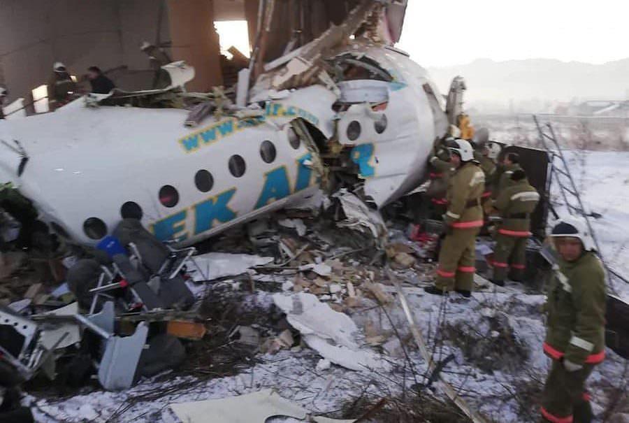 В Казахстане упал самолет авиакомпаниии Bek Air. На борту было 96 человек