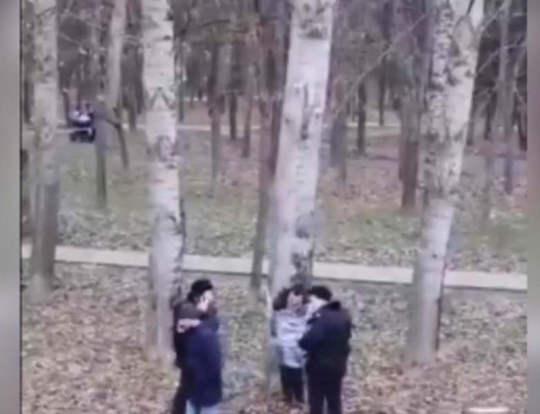 Разбуянившегося москвича привязали к дереву пищевой пленкой