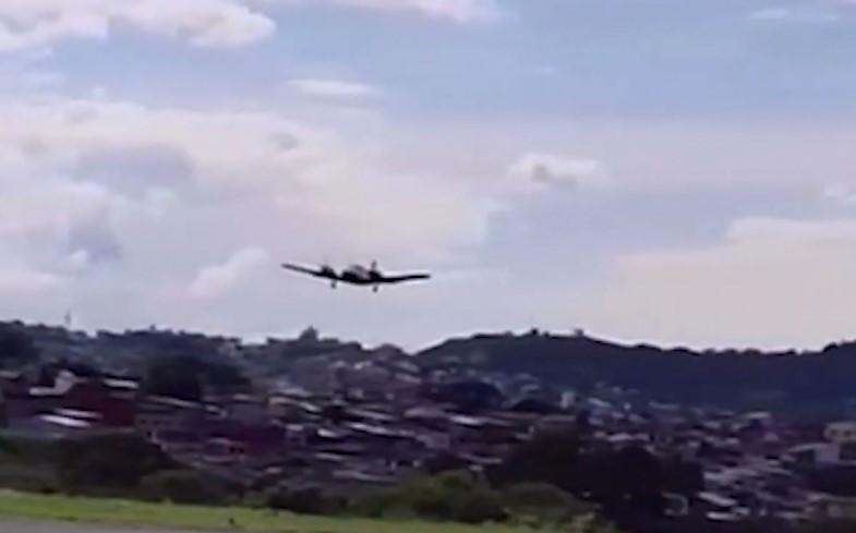 Пилот посадил самолет с туристами без шасси и спас всем жизнь