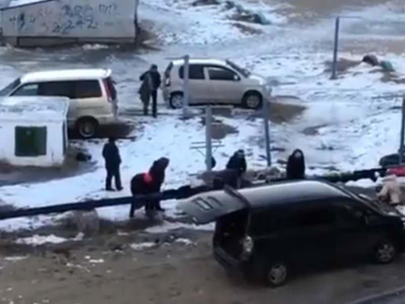 Замерзшие россияне обмотали теплотрассу одеждой и заставили чиновников работать