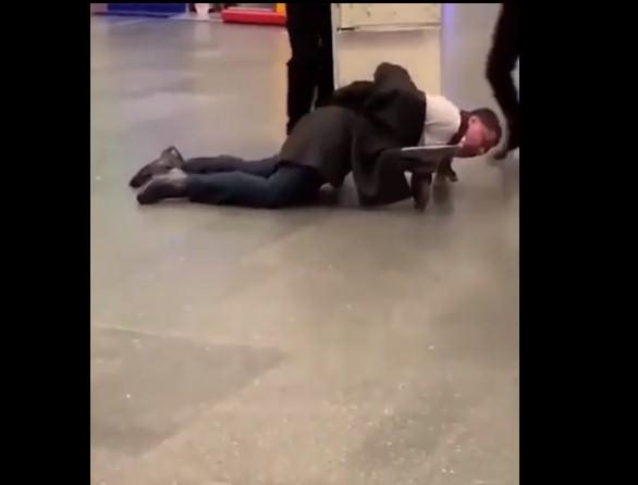 Воющего пассажира увезли из аэропорта на тележке