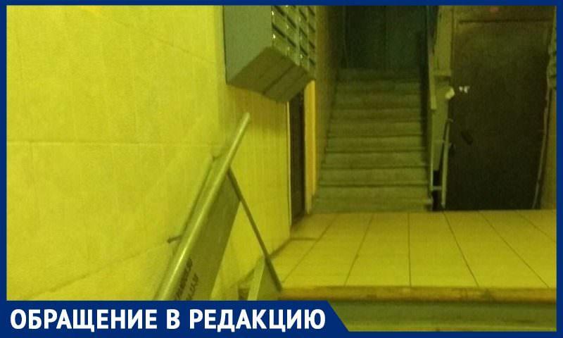 В Москве установили пандус для инвалидов, который ведет к лестнице, а не к лифту - Блокнот Россия