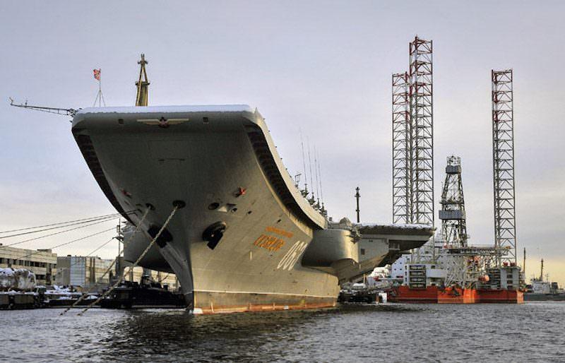 Потушить не могут: горит единственный в России авианосец «Адмирал Кузнецов»