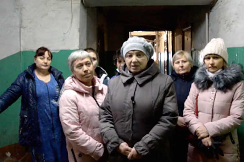 Обитатели аварийного дома пригласили мэра пожить с ними