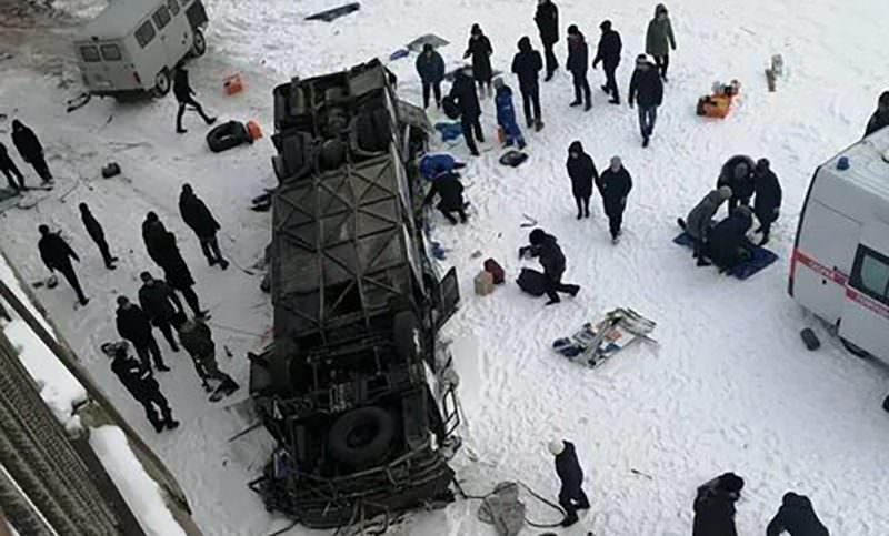Автобус упал с моста в реку. Погибло 19 человек