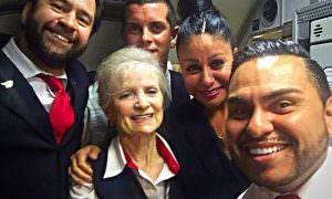 «Избавились от бабульки»: 79-летнюю стюардессу уволили, якобы, за кражу молока