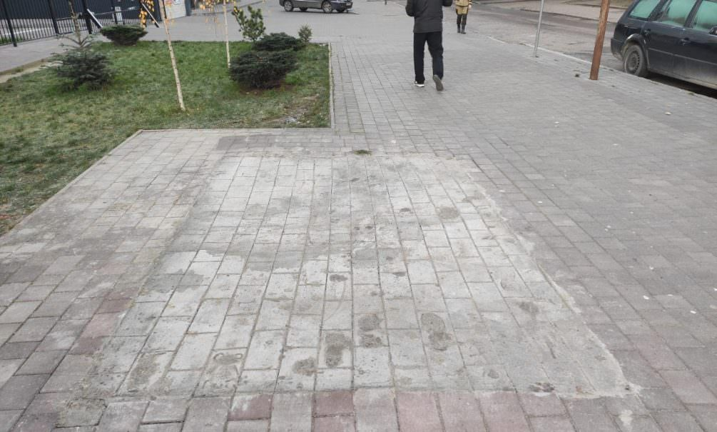 В центре Калининграда рабочие вместо настоящего покрытия на тротуаре нарисовали плитку