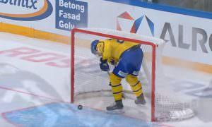 Вратарь сборной Финляндии забил шведам шайбу броском через всю площадку