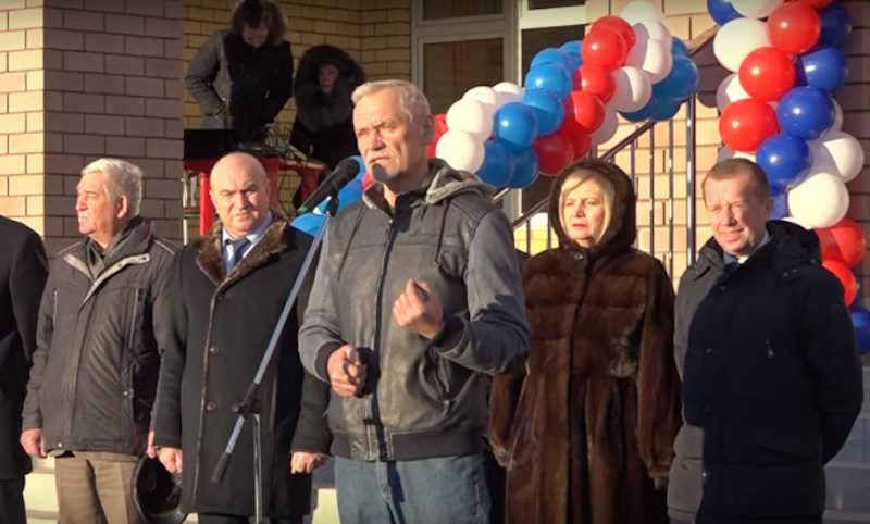 Депутат Госдумы подарил главе региона банку вазелина