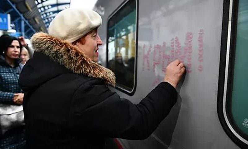 Пенсионерка расцеловала первый поезд, прошедший по Крымскому мосту