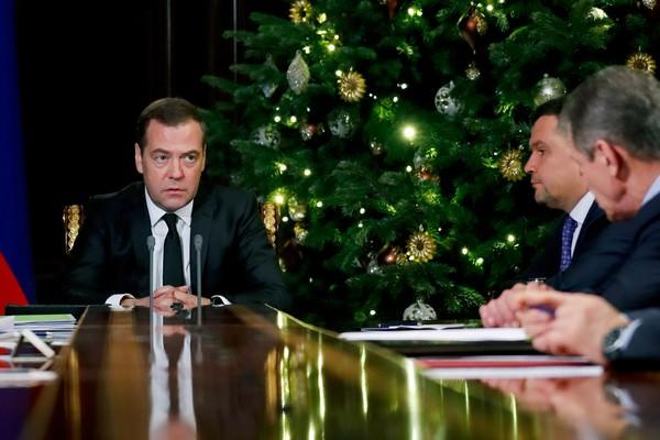 Медведев поручил МВД пресечь незаконную продажу некурительного табака