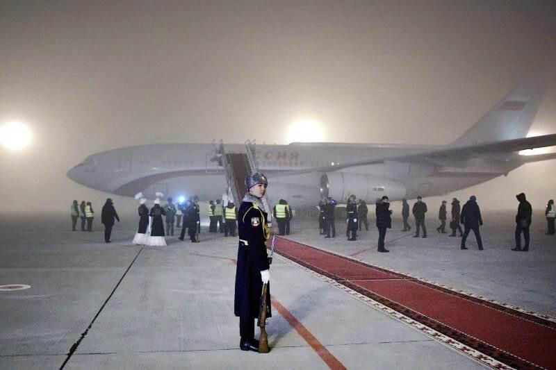 Пилотов, посадивших самолёт Путина в туман, наградили вишневым пирогом