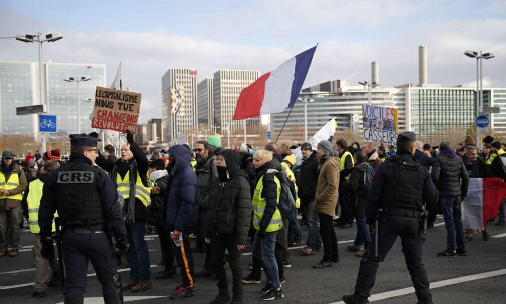 Протесты не помогли: во Франции повысили пенсионный возраст