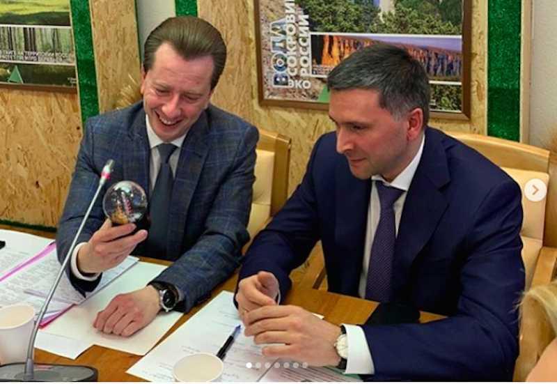Министру экологии России подарили елочный шар с черным снегом из Челябинска
