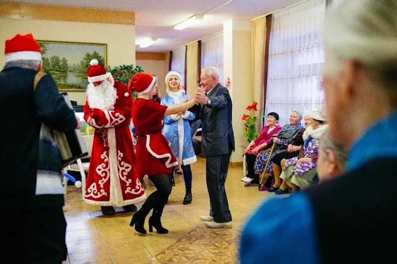 "Как ""Мудрые дети"" бабушек поздравляют - Блокнот Россия"