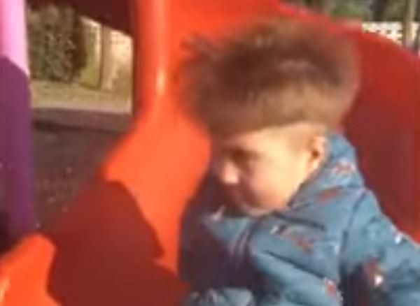 Мальчик, съехавший с горки, заполучил модную причёску