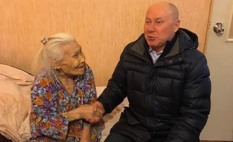 На Ямале мэр поздравил с Новым годом 94-летнюю пенсионерку, снятую с очереди на жилье. Но квартиру не дал