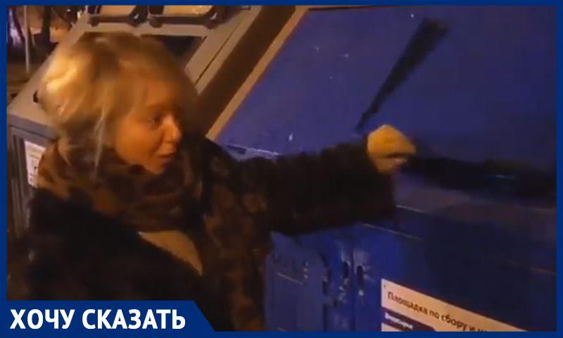 Минимум три руки нужно, чтобы выбросить мусор для переработки