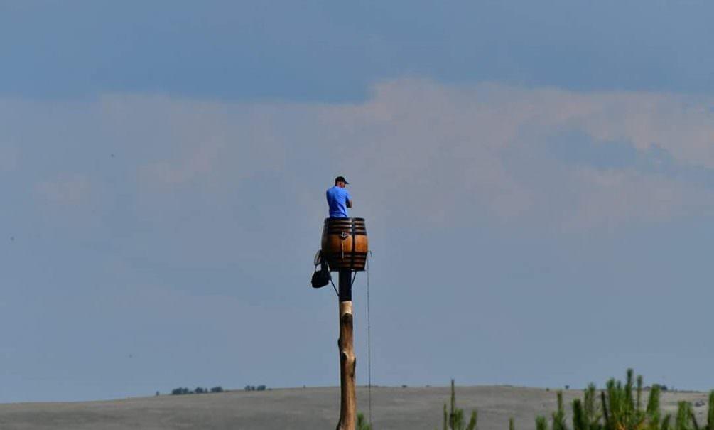 Терпеливый африканец три месяца сидит в бочке на высоком столбе и не слезает