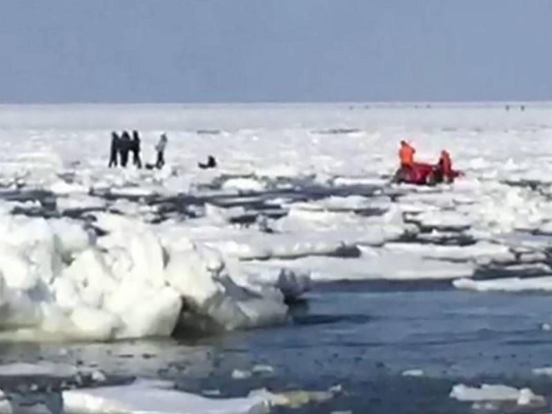 В Сахалинской области 200 рыбаков унесло в море на оторванной льдине