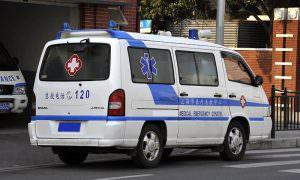 Китаец с подозрением на коронавирус попытался сбежать из скорой помощи
