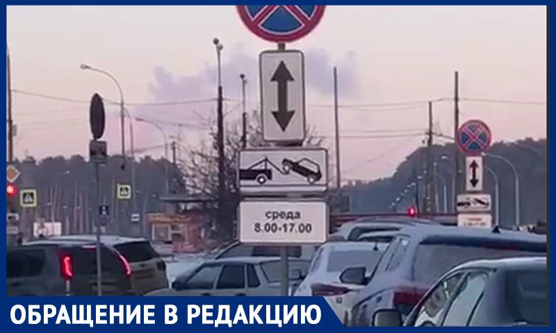 Вместо того, чтобы убирать снег, с улиц эвакуируют машины, рассказали екатеринбуржцы