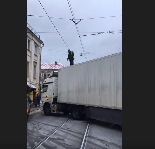 В центре Москвы водитель  фуры перекрыл дорогу ради семерых детей