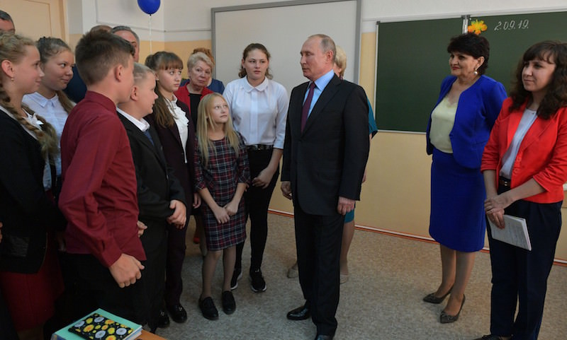 Горячие обеды бесплатно младшим классам и 5000 рублей за классное руководство, – Путин