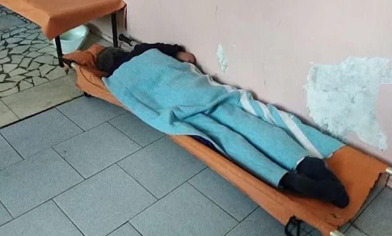 В больнице Ставрополья на видео сняли пациента, который три дня пролежал на полу в коридоре
