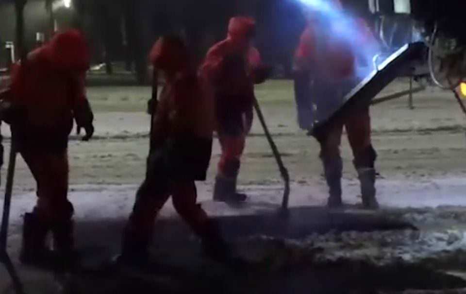 Ремонт дорог по-Вологодски. Рабочие укладывают асфальт на толстый слой снега