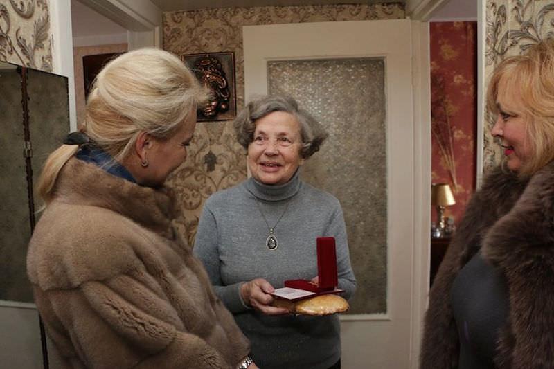 Крымские чиновницы в шубах поздравили блокадниц батоном и медалью
