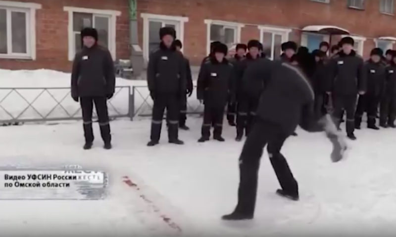 В Омской колонии заключенный поставил рекорд по метанию валенка