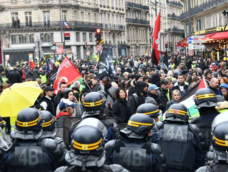 Десятки тысяч французов вышли на акцию протеста против пенсионной реформы